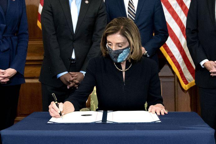Speaker of the House Nancy Pelosi tekent het impeachmentartikel tegen president Trump in het Capitool nadat de meerderheid van de volksvertegenwoordigers in het lagerhuis voor de impeachment van Donald Trump gestemd heeft.