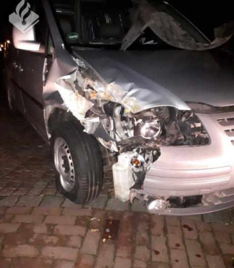 Auto achtergelaten na botsing bij gemeentehuis Oirschot: 'Wie heeft iets gezien?'
