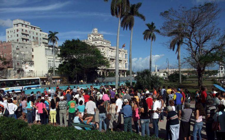 Honderden Cubanen staan in de rij voor de Spaanse ambassade om een paspoort te bemachtigen. Foto EPA Beeld