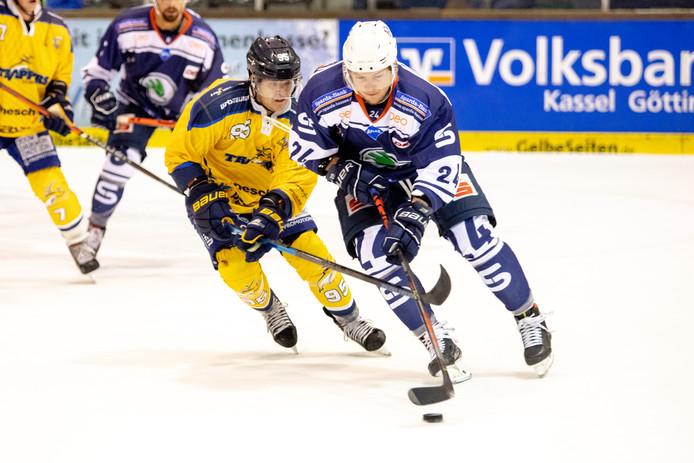 Danny Stempher (nr 95) probeert Alexander Kacharun bij te benen tijdens het oefenduel Kassel Huskies - Tilburg Trappers.