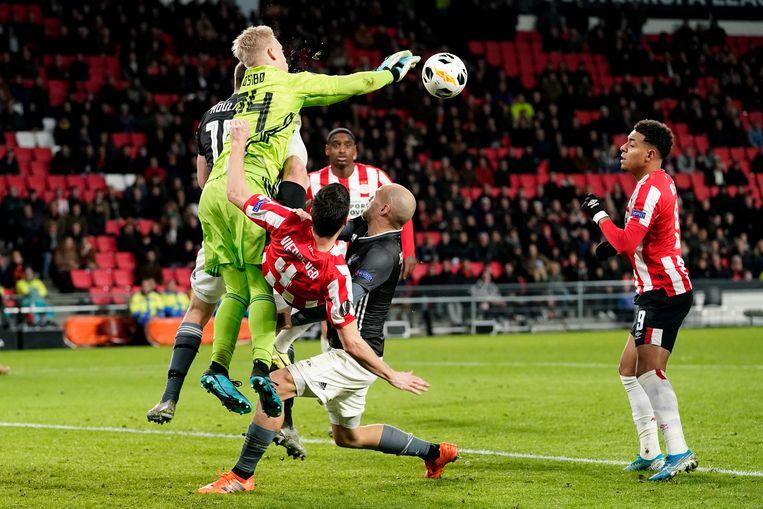 Keeper Arild Ostbo van Rosenborg BK tussen Nick Viergever e Donyell Malen.  Beeld BSR Agency