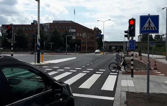 De verkeerslichten op de Koninginneweg in Zwijndrecht tellen af naar groen.