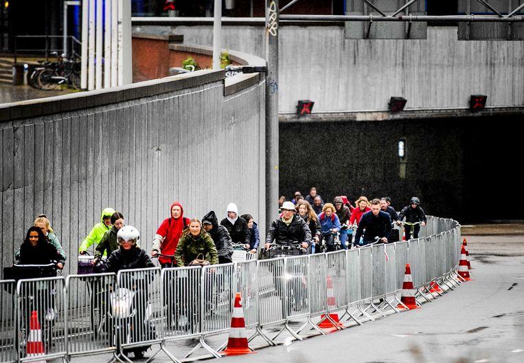 Fietsers komen de IJtunnel uit. Omdat de veerponten over het IJ niet varen vanwege de ov-staking, is de tunnel opengesteld voor fietsers en zijn automobilisten niet welkom. Beeld ANP