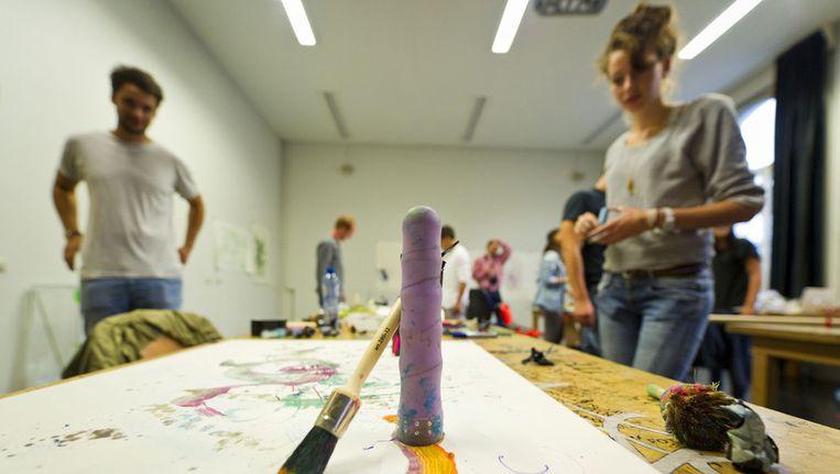 Studenten van de kunstacademie tijdens een workshop grafisch ontwerpen. Beeld ANP