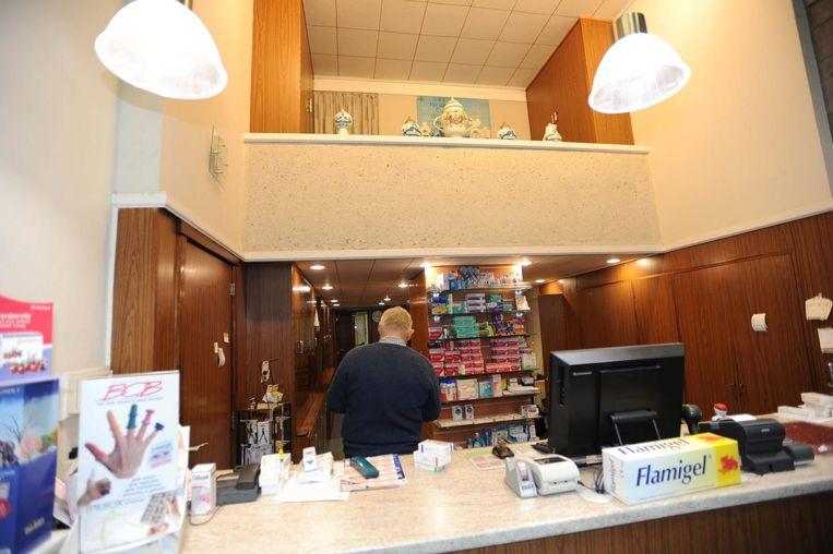 Jean Louis Danckaers aan het werk in zijn apotheek. Hij gaat geen extra maatregelen nemen.