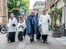 Ommegang herdenkt bijzondere genezing bij het beeld van Maria in de Oude Kerk