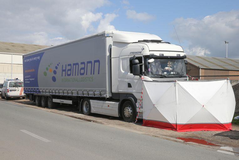 De trucker werd dood gevonden in de cabine van zijn vrachtwagen in de Zuiddokweg in Gent.