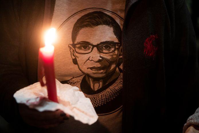 Mensen branden kaarsen in Washington om rechter Ginsburg te eren.