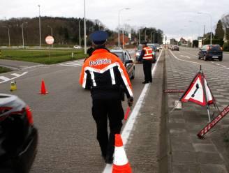 Taxichauffeur en bestuurder zonder rijbewijs lopen tegen de lamp bij verkeerscontrole