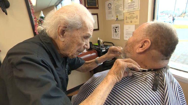 Anthony Mancinelli (107) zorgt er nog steeds voor dat zijn klanten er piekfijn uitzien.