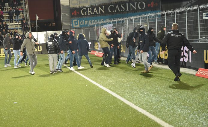 Aanhangers van FC Twente bestormen na de wedstrijd het veld, op weg naar de M-side, het vak met de fanatieke Den Bosch-supporters.