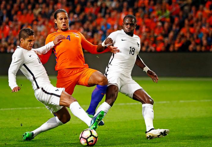 Virgil van Dijk zit in de sandwich bij de Franse verdedigers Moussa Sissoko en Raphael Varane.