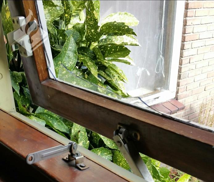 Via dit raam zijn de jongens binnengekomen.