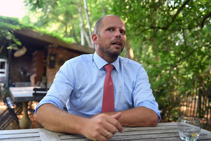 Burgemeester Theo Francken (N-VA) is kritisch voor de aanpak van de overheid inzake reizen naar het buitenland.