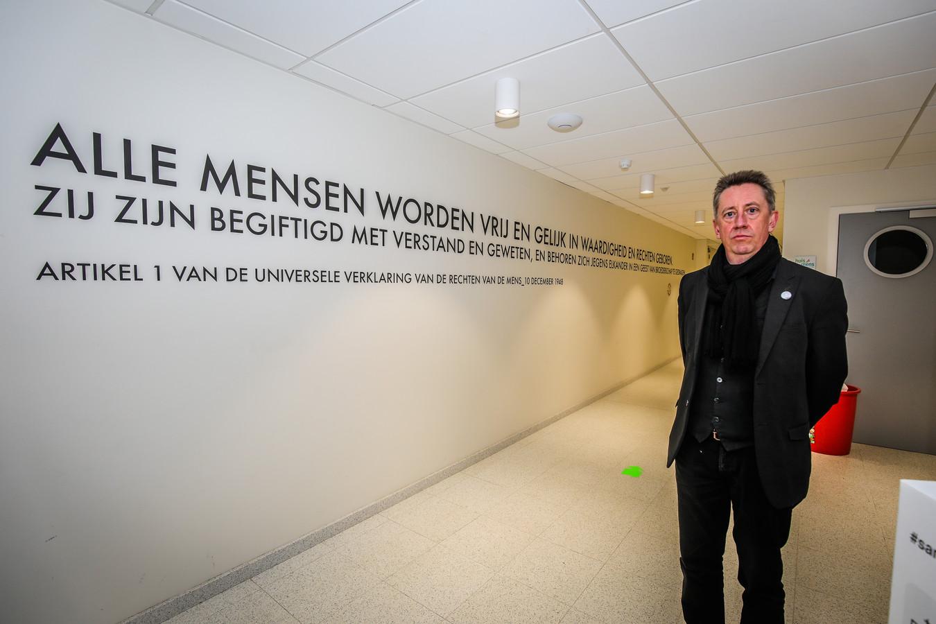 Jan Verhaeghe uit Brugge bij het kunstwerk voor de vrijzinnige gemeenschap.
