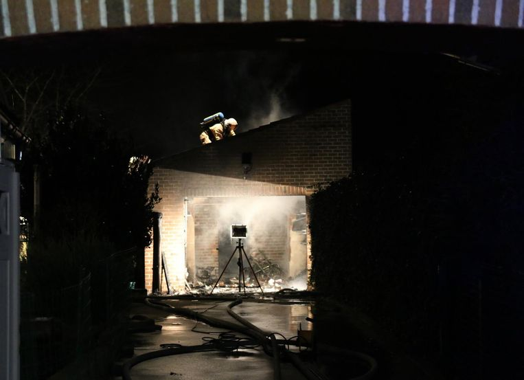 De brandweer had heel wat werk met het doven van het vuur in de garage.