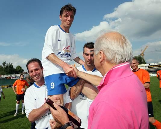 Thijs Waterink, vader van Tim, op de schouders bij Arnold Brehler links en Michel Ensing, tijdens zijn afscheidswedstrijd bij De Bataven.