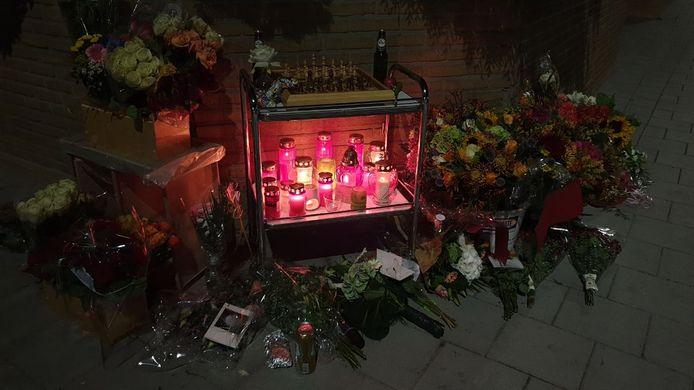 De gedenkplek voor de twee omgekomen jongens wordt steeds groter. Er worden bloemen gelegd en flesjes bier neergezet.