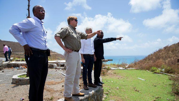 Koning Willem-Alexander en minister Ronald Plasterk van Binnenlandse Zaken en Koninkrijksrelaties bezoeken het door de orkaan Irma getroffen Sint Maarten. Beeld anp