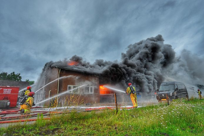 Grote brand in de loods van interieurbedrijf Interia in Bergeijk.