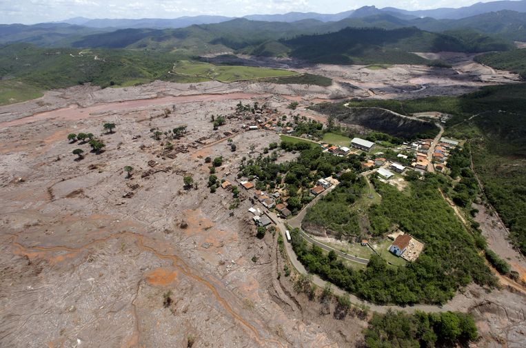 Het mijnwerkersdorpje Bento Rodrigues werd gedeeltelijk van de kaart geveegd na de dambreuk.