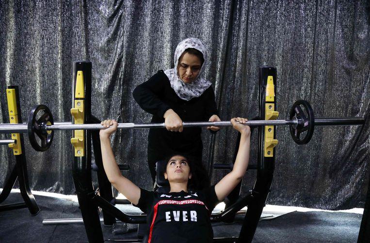 Vrouwen in Iraaks Koerdistan hebben niet vaak een baan, en een eigen onderneming hebben zij nog minder vaak. Shawnem Hussein (42) is een uitzondering. In Ranya, ten oosten van Erbil, is zij een fitnesscentrum voor vrouwen begonnen. Beeld AFP
