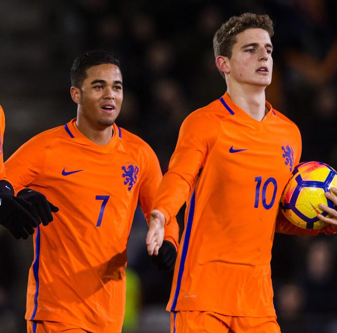 Justin Kluivert en Guus Til.