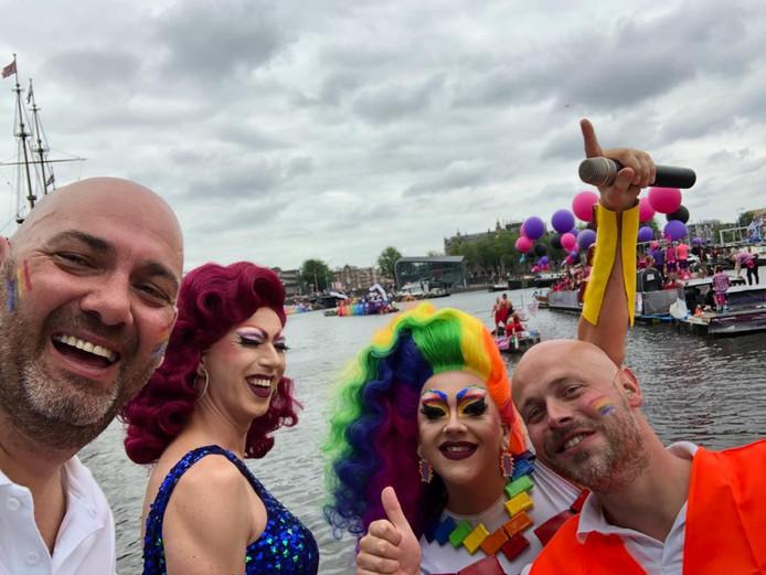Patrick (links) met de dragqueens uit Enschede.
