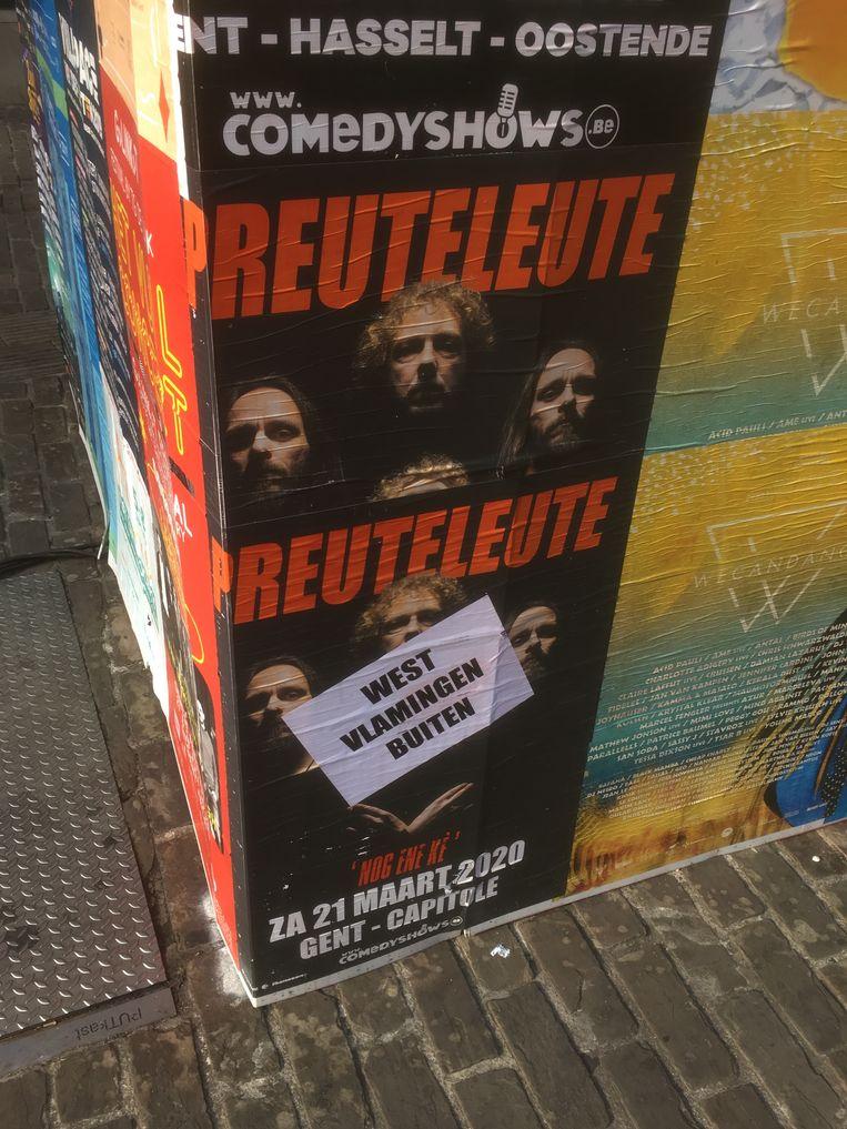 Affiches van de Oostendse groep Preuteleute werden in Gent overplakt met de boodschap 'West-Vlamingen buiten', weliswaar zonder koppelteken.