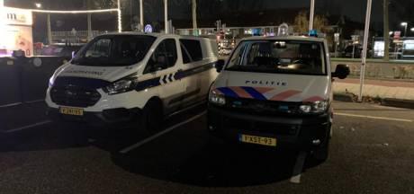 Politie houdt verkeerscontrole op Merwedestraat in Dordrecht