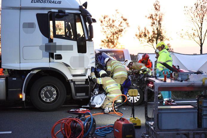 De vrachtwagen klapt bovenop een Ford Fiësta voor hem. Een 24-jarige vrouw raakt bekneld.