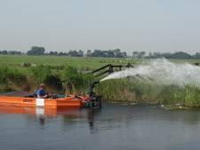 Droogte: waterschap beregent dijken en kades Breukelen en Kockengen