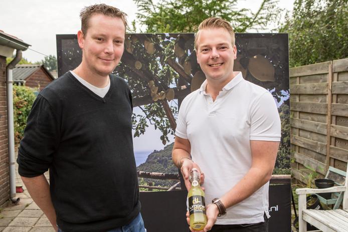 Peter Romeijnders (rechts) en Rutger Wolters verkopen hen eigen limoncello.