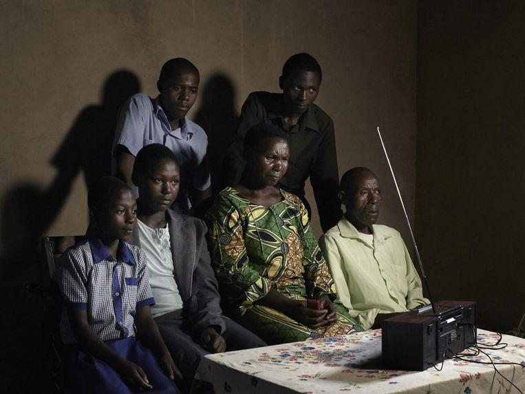 Foto's die Anoek Steketee voor het totaalconcept Love Radio maakte. Ze zag dat elke Rwandees een radio in huis heeft. Nergens worden de foto's te uitgesproken of dramatisch, al zijn ze soms duidelijk in scene gezet. Beeld Anoek Steketee