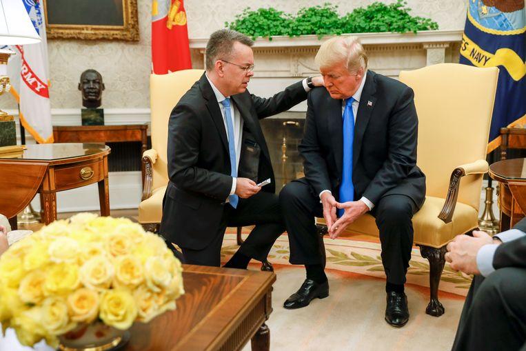 De vrijgelaten dominee Brunson bidt met president Trump in het Witte Huis. Beeld AFP