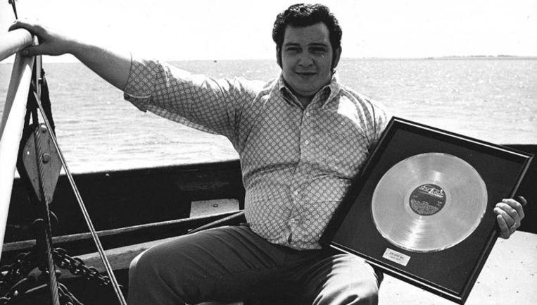 'Bolle Jan' in 1971 op het IJsselmeer, waar hij tijdens een vaartocht een gouden plaat krijgt uitgereikt voor zijn elpee 'Vize Verse'. Foto ANP/Cor Mulder Beeld