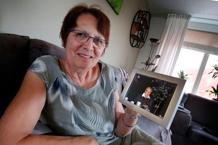 Ellie de Kock met een foto van haar overleden moeder Annie. ,,Voor een ander zorgen, zo was mijn moeder.''