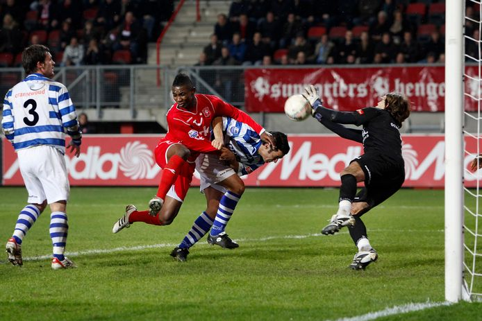 4 maart 2009: De Graafschap-doelman Nicolás Cinalli keert een inzet van Twente-aanvaller Eljero Elia.