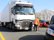 Vrachtwagen en auto botsen op A1 bij Amersfoort