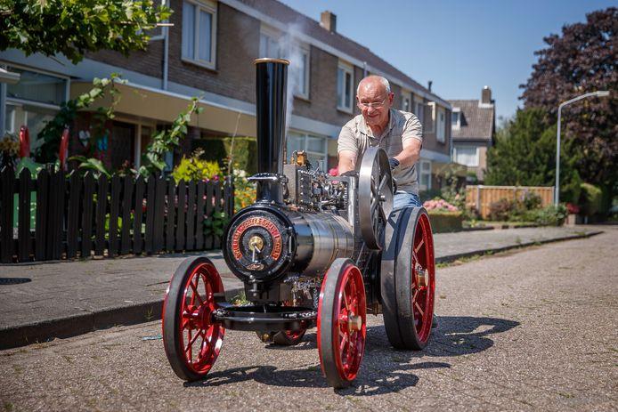 De 80-jarige Jan van Geel werkte vele jaren aan deze stoomtrekker. Vandaag reed hij er voor het eerst mee.