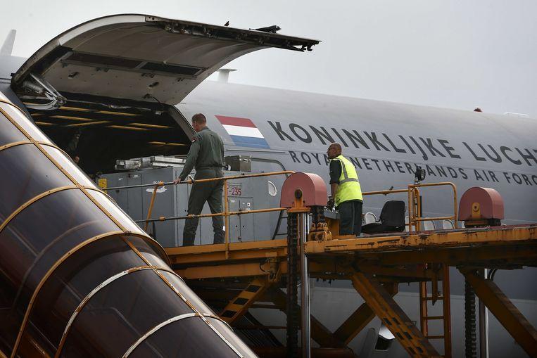 Een toestel van de Koninklijke Luchtmacht wordt op de militaire vliegbasis Eindhoven geladen met hulpgoederen voor Sint Maarten.  Beeld ANP