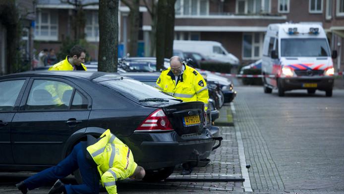 Politie onderzoekt een auto in de Schaepmanstraat in de Amsterdamse Staatsliedenbuurt, waar de schietpartij plaatsvond.