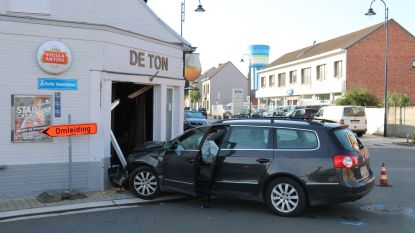 Bestuurster schat bocht verkeerd in en rijdt met wagen in café