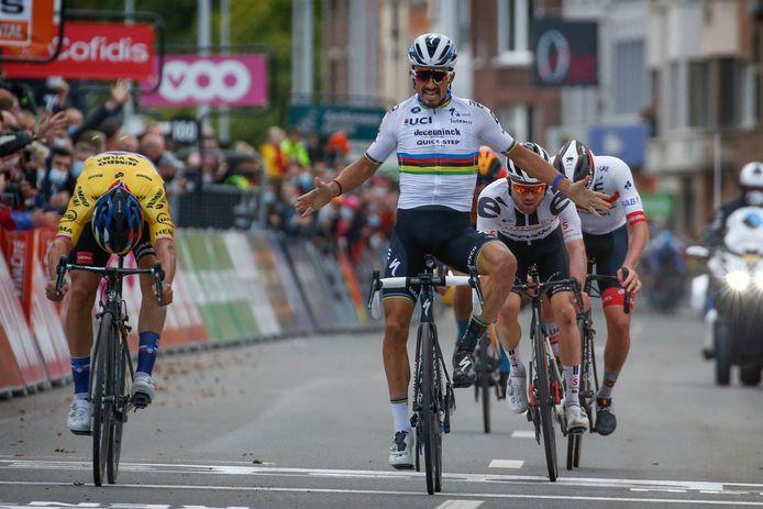 Julian Alaphilippe denkt te winnen, maar Primoz Roglic is de Fransman toch te snel af.