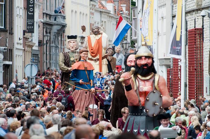 Een beeld van de Bourgondische Reuzenstoet in Bergen op Zoom, met reuzen uit heel Europa om 800 jaar historie van Bergen op Zoom te verbeelden en tevens de 25jarige bruiloft van de Bergse reuzen Jan metten Lippen en Trui van de Toren te vieren.