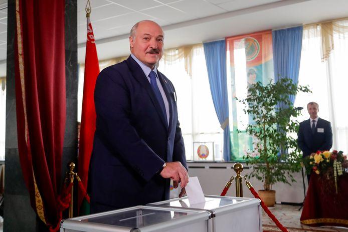 Alexander Loekasjenko brengt zijn stem uit. Vrijwel niemand gelooft dat het er eerlijk aan toe is gegaan.