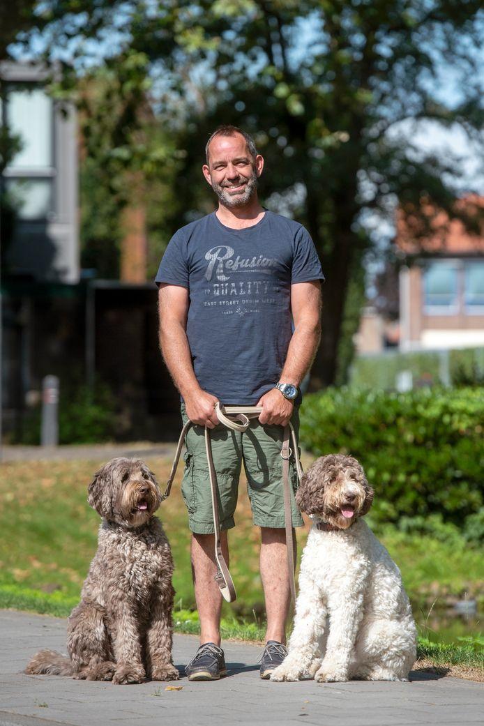Peter Onstein (53) met labradoodles Bono (3) en Floortje (1) uit Bemmel. Foto: Gerard Burgers