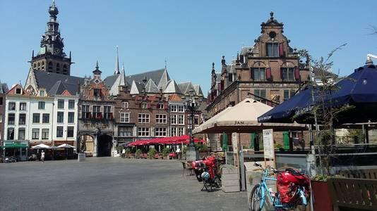 Lege terrassen op de Grote Markt.
