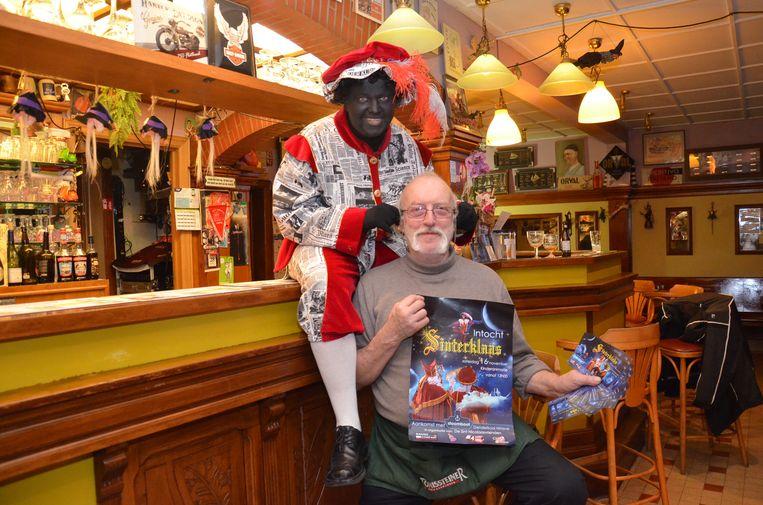 Zwarte Piet en Hubert Simoens van café Den Belleman zijn klaar voor de aankomst van Sinterklaas in Ninove, op zaterdag 16 november.