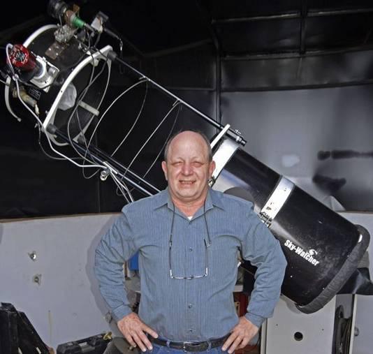 De Argentijn Victor Buso bouwde deze telescoop zelf op zijn dak. Foto: Nature.